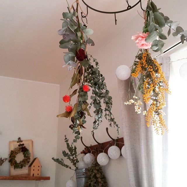 お花を吊るすインテリアコーディネート