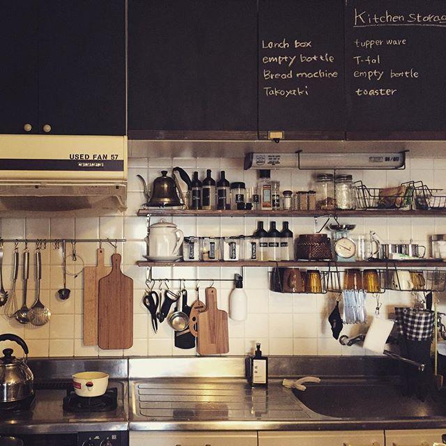 食器や調理道具を見せる壁面収納