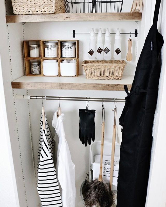 小物と掃除道具を一箇所に整理した洗面所収納