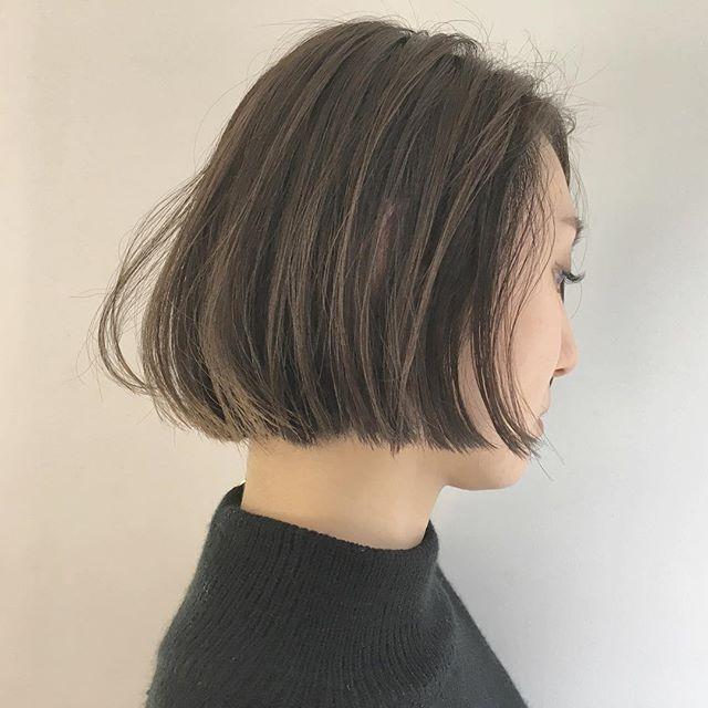 ストレートでも立体感のあるヘアスタイル