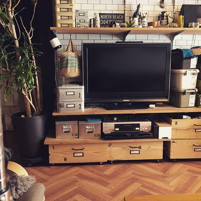 テレビ上のスペースを生かした壁面収納