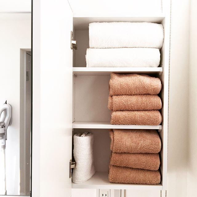カラーやサイズでタオルを分別した洗面所収納