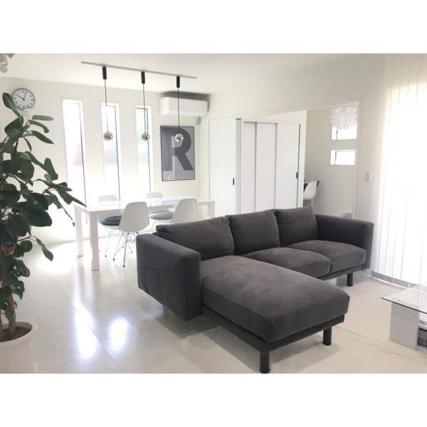 ダークグレーのソファがシックな部屋