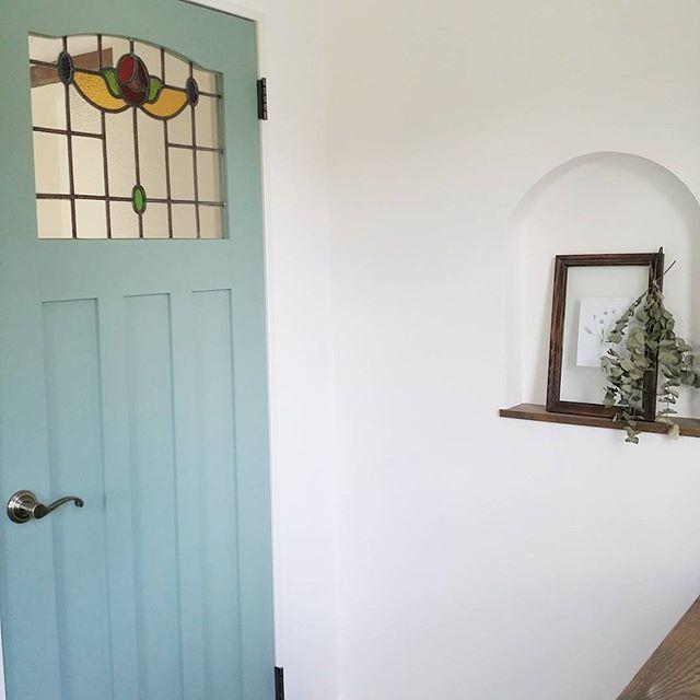水色ドアとステンドグラスが印象的なインテリア