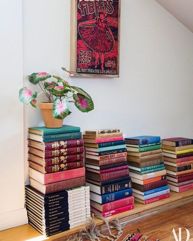 本を積み重ねて見せる収納2