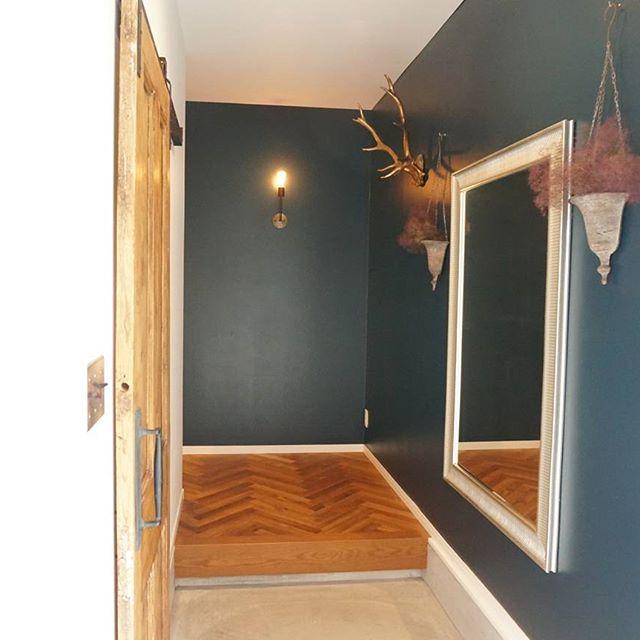 玄関の壁紙を水色で統一したインテリア