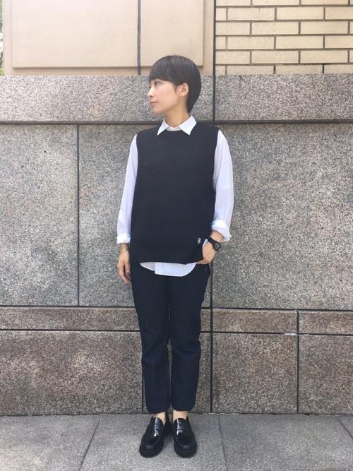 紺ベスト×シャツ×デニムパンツの秋コーデ
