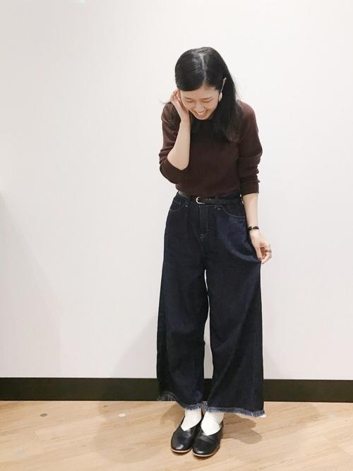 白靴下×デニムワイドパンツの秋コーデ