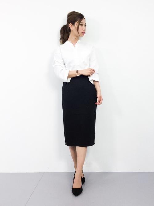 白シャツ×黒タイトスカートコーデ