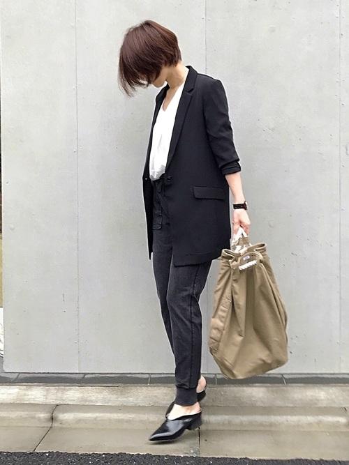 黒ジャケット×黒スウェットパンツコーデ