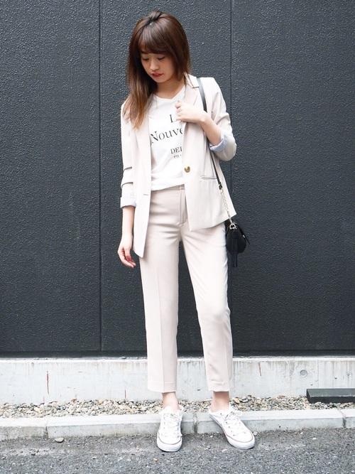 白スニーカー×ベージュパンツスーツコーデ