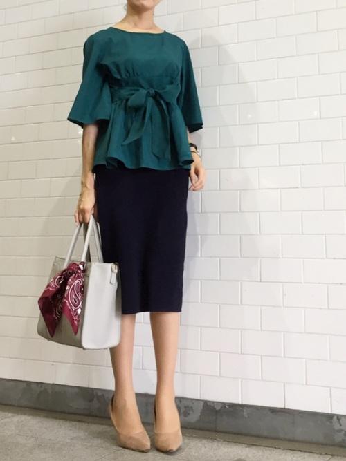 緑ブラウス×ネイビータイトスカートの夏コーデ