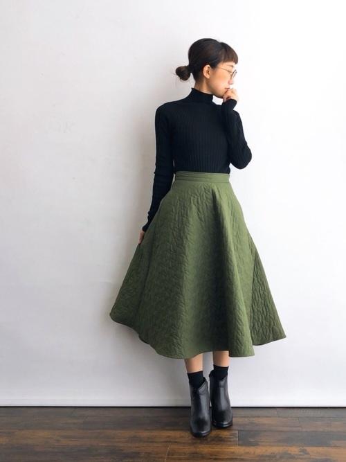 ネイビー靴下×グリーンフレアスカートの秋コーデ
