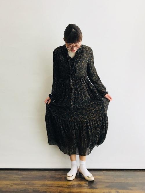 白靴下×黒花柄ワンピースの春コーデ