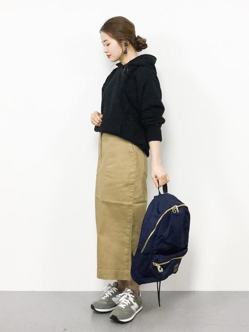 黒フーディー×スカートコーデ