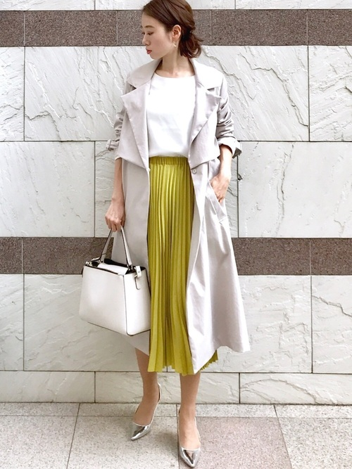 白ブラウス×黄色プリーツスカートコーデ