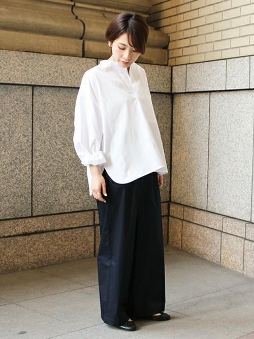 白シャツ×紺ワイドパンツの春コーデ