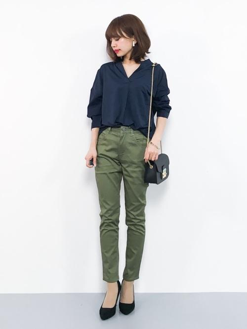 ネイビーシャツ×緑スキニーパンツコーデ