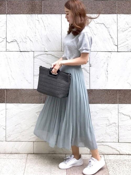 白スニーカー×青プリーツスカートコーデ