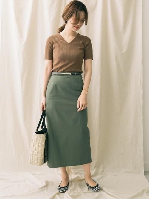 ベージュニット×緑タイトスカートの夏コーデ