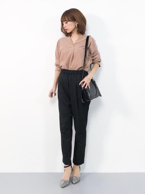 ベージュシャツ×黒パンツの夏コーデ