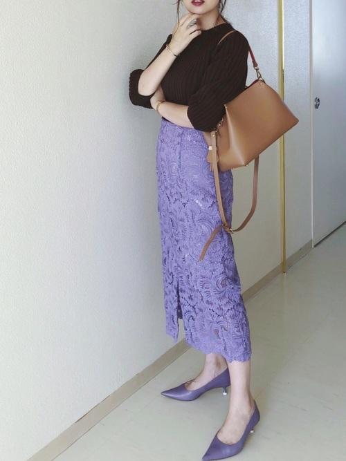 紫レースタイトスカート×紫パンプスコーデ