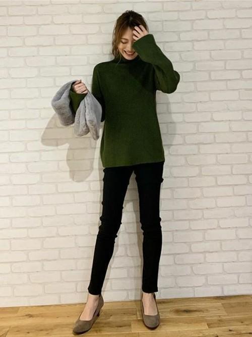 緑ニット×黒スキニーパンツコーデ