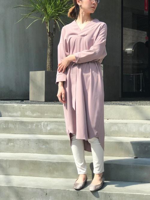 ピンクワンピース×白スキニーパンツコーデ