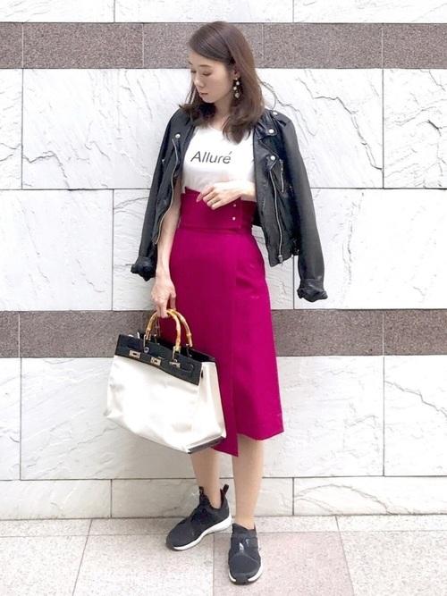黒スニーカー×ピンクスカートコーデ