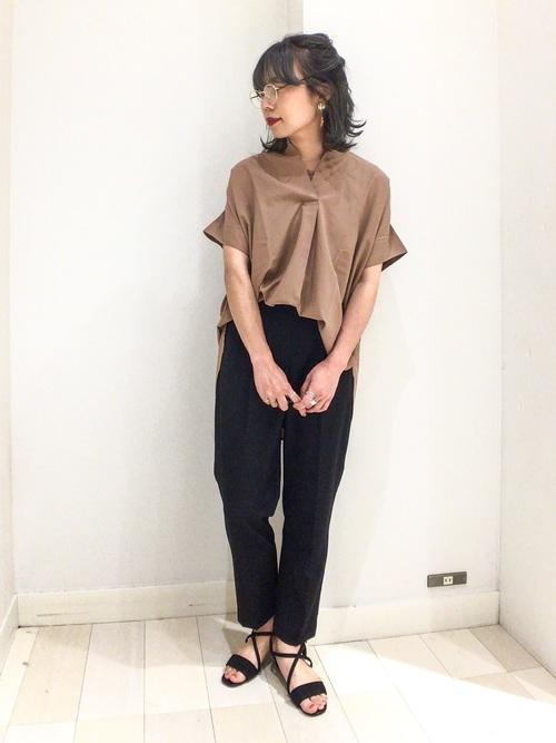 茶色シャツ×黒パンツの夏コーデ