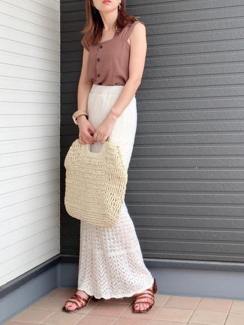 茶色ブラウス×白ニットスカートの夏コーデ