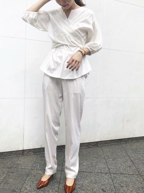 白トップス×ベージュサテンパンツの夏コーデ