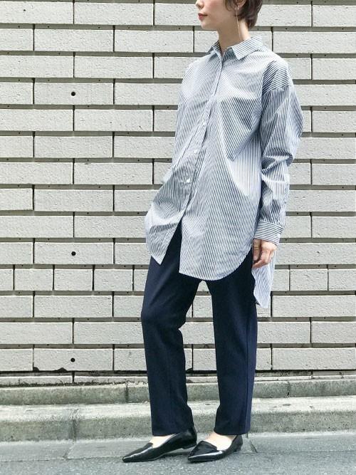 ストライプロングシャツ×紺パンツの秋コーデ