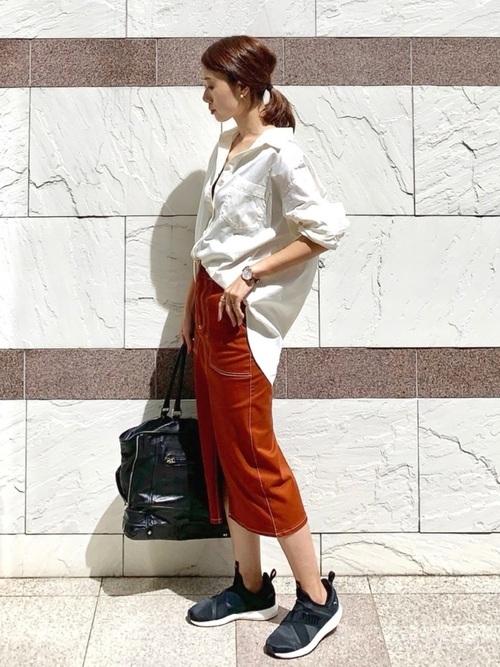 白シャツ×オレンジスカートの秋コーデ