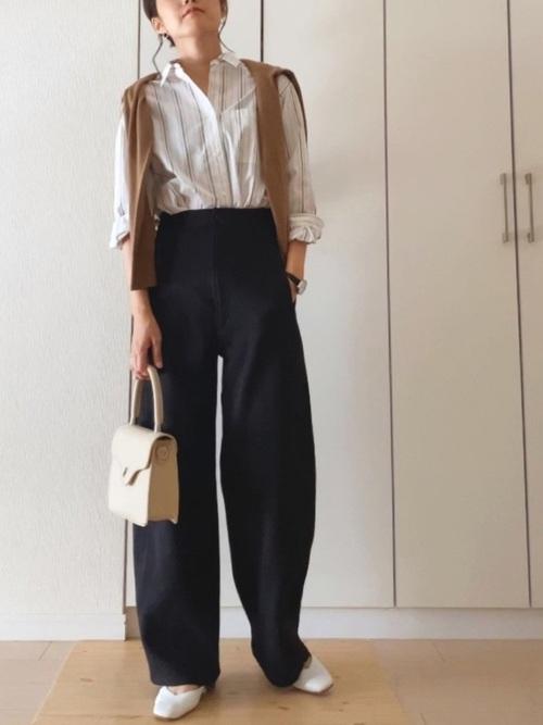 ストライプシャツ×黒カーブパンツの秋コーデ