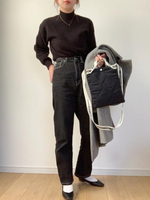 白靴下×黒デニムパンツの冬コーデ