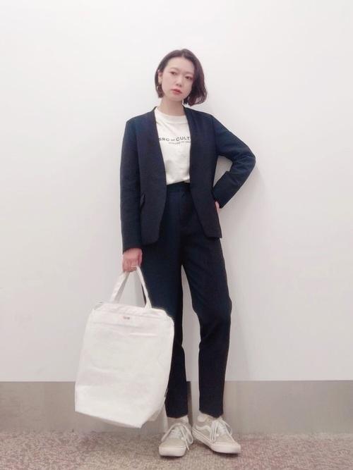 ロゴTシャツ×黒パンツスーツの秋コーデ