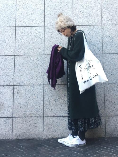 スニーカー×花柄ワンピース
