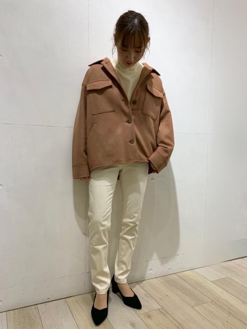 茶色ジャケット×スキニーパンツコーデ