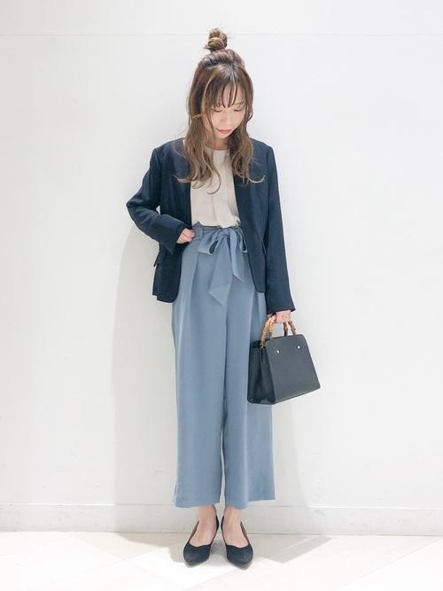 ネイビージャケット×水色パンツの冬コーデ