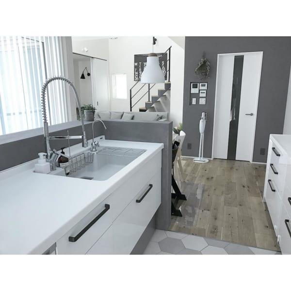 白×グレーの内装が素敵なキッチン