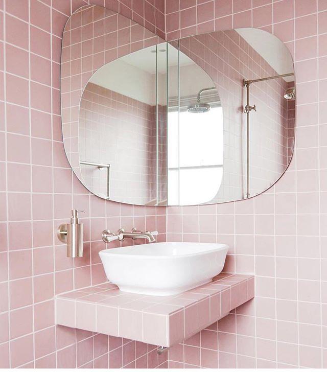 ピンクタイルが可愛い海外シャワールーム