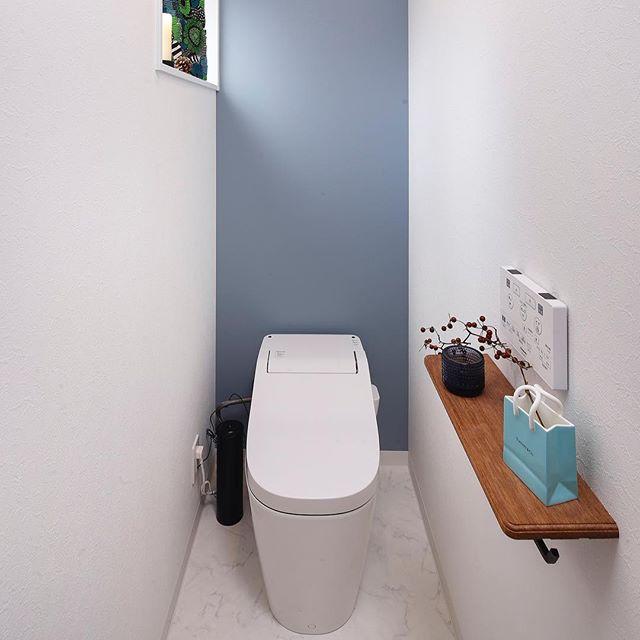 水色の壁紙とオブジェがおしゃれなインテリア