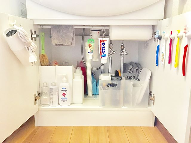 つっぱり棒を洗面台下の収納に活用