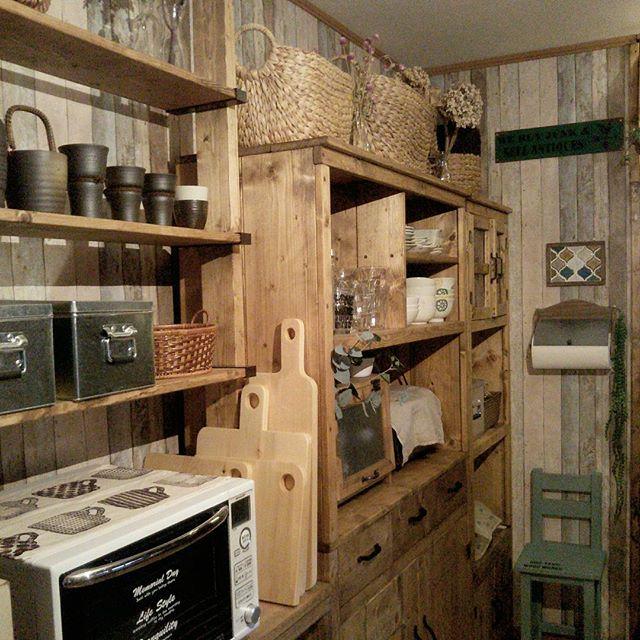 食器棚と一緒に並べて「見せる」壁面収納