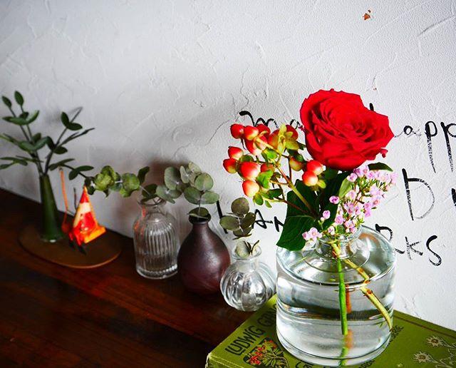 花瓶に鮮やかで美しい赤い花を飾る