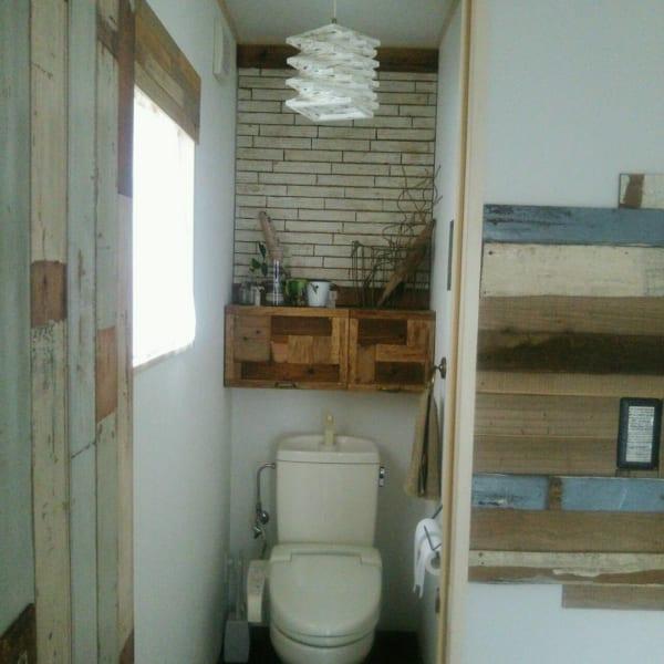 タンクの上に木製棚を取り付けた壁面収納