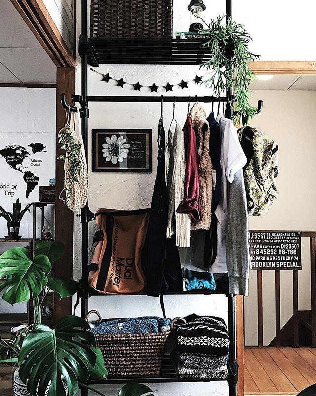 洋服やバッグ類を整理できる壁面収納