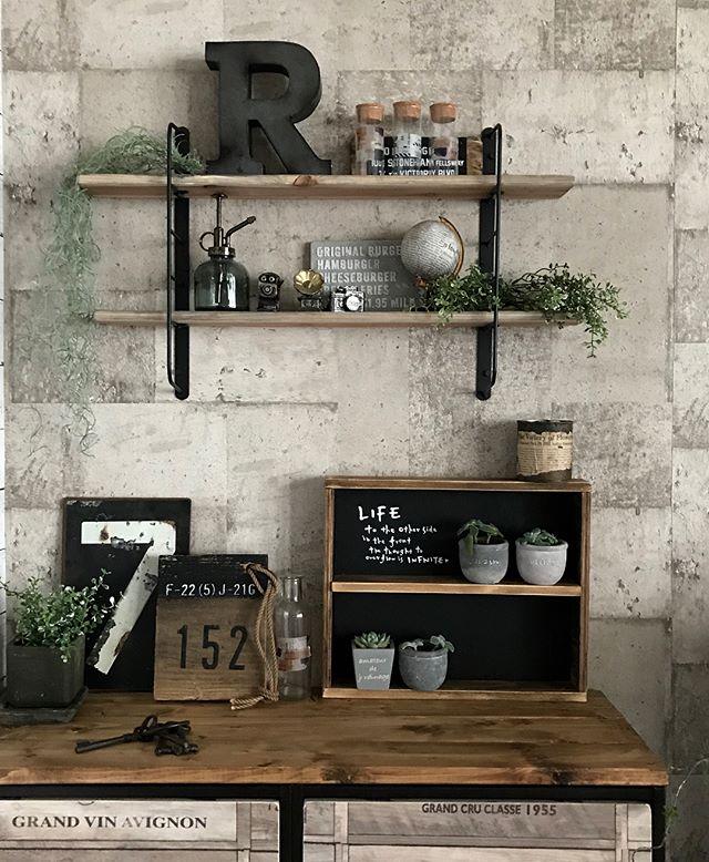 ちょっとした小物やグリーンを飾れる壁面収納