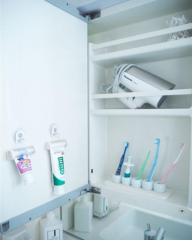扉を使った洗面所の鏡裏の収納アイデア4